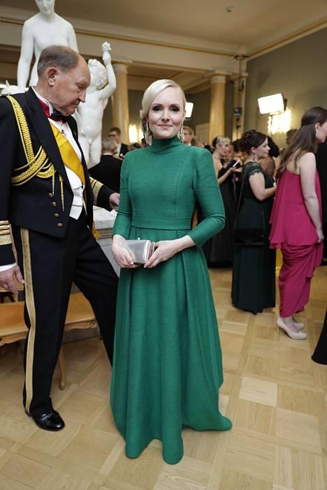 Sisäministeri Maria Ohisalo (vihr) valitsi ylleen tummanvihreän, pitkähihaisen luomuksen, joka henki eleganssia.