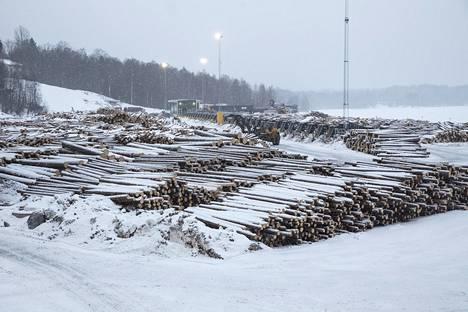Pihka tuoksuu sahan puuvarastolla. Kelirikon alla tukkeja on ajettu varastoon ja niiden turvin sahaaminen voi jatkua, viikkoja, vaikka kuljetukset metsistä hidastuvat.