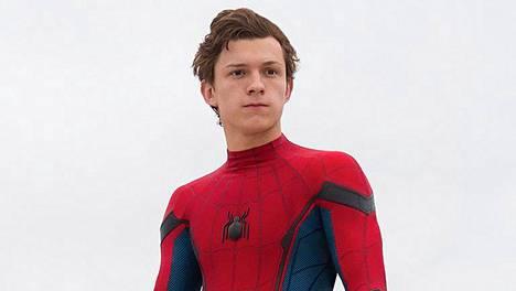 Tom Holland näyttelee osuvasti 14-vuotiasta Peter Parkeria, joka vasta opettelee supersankaruuden alkeita.