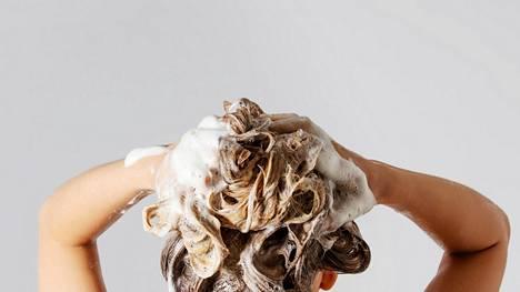 Jos hiukset pitää syväpuhdistaa, ovat sulfaatit verraton apuri. Silikonit toimivat puolestaan parhaiten silloin tällöin hiusten pituuksiin käytettynä.
