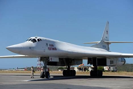 Venäläinen Tupolev Tu-160 -pommikone Caracasin lentokentällä.