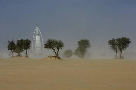 Maailman korkein hotelli Burj Al Arab hiekkamyrskyssä.
