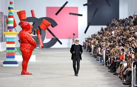 Karl Lagerfeld värikkäällä cat walkilla 2014. Hän oli myös suustaan sangen värikäs.