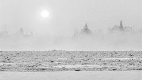 Pakkassumuinen kuva Kauppatorin suunnasta merelle päin hyvin kylmänä talvipäivänä tammikuussa 1987.