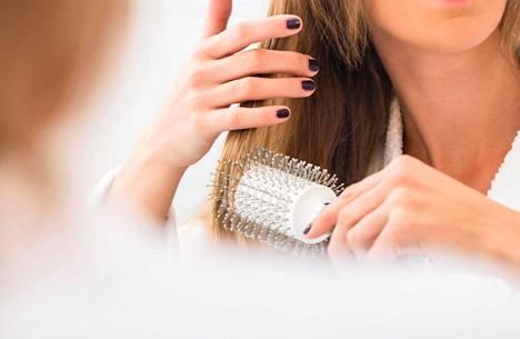 """""""Kosteuttavat tuotteet eivät latista hiuksia"""", sanoo kampaaja Sari Elo."""
