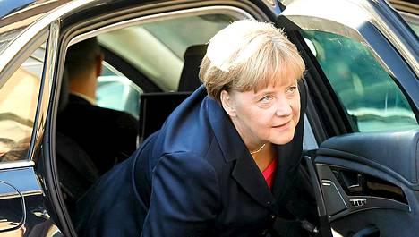 Angela Merkel aikoo painostaa demareita keskustelemalla hallitusyhteistyöstä myös vihreiden kanssa.