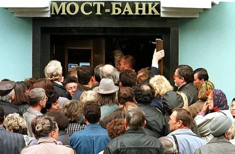 Jos rupla heikkenee vielä lisää ja kansa säikähtää säästöjensä kohtaloa, voi Venäjä ajautua samanlaiseen talletuspaniikkiin kuin vuoden 1998 kriisissä.
