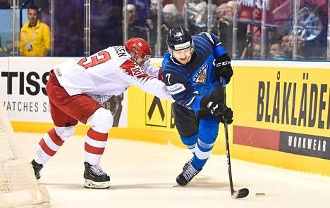 Oliwer Kaski (numero 7) oli voittamassa Suomelle MM-kultaa keväällä 2019.