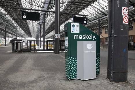 Helsingin rautatieasemalla on maskiautomaatti.
