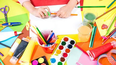 Lahjakkaalla lapsella voi olla esimerkiksi vilkas mielikuvitus ja hyvä keskittymiskyky.