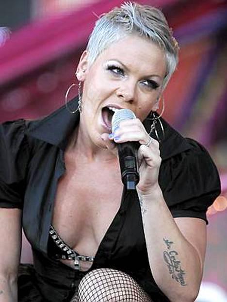 Pink esiintyi Helsingin Kaisaniemessä heinäkuussa.