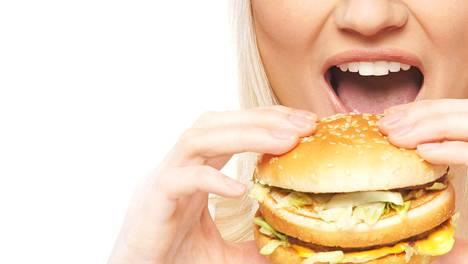 Kun keho elää nälässä, paine tankata ruokaa kasvaa, sanoo Husin syömishäiriöyksikön psykologi Katarina Meskanen.