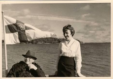 Kekkonen nautiskeli merellä olosta Kultaranta III -aluksella. Kuka tunnistaa seuralaisena olleen naisen?