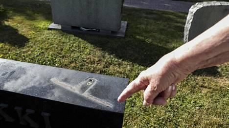 Sipoon kirkonkylän hautausmaan varkaudet huomattiin viikonlopun aikana. Usean hautakiven päältä oli kadonnut koriste-esineitä.