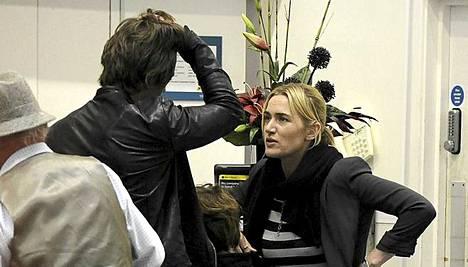 Kate Winslet nähtiin lastensa kanssa Lontoon lentokentällä vain kahta päivää ennen myrskyä.