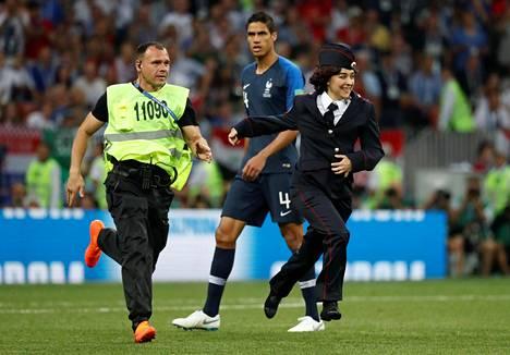 Järjestyksenvalvojat saivat kentälle juosseet häiriköt nopeasti kiinni.
