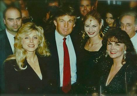 Suomalaiskaunottaret: Marika Silvan (vas.) ja Marjo Sjöroos (oik.) tapasivat Donald Trumpin ja hänen silloisen vaimonsa Marla Maplesin Atlantic Cityssa.