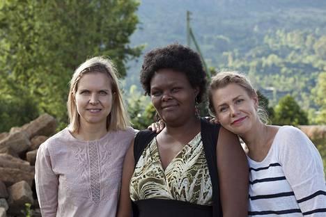 Taideteollisesta korkeakoulusta valmistuneet taiteen maisterit ja tekstiilitaiteilijat Minna Impiö (vas.) ja Mari Martikainen (oik.) tutustuivat 25 vuotta sitten opiskelijoina. Kuvassa myös Ruth Kalondu, joka vetää toimintaa Keniassa.