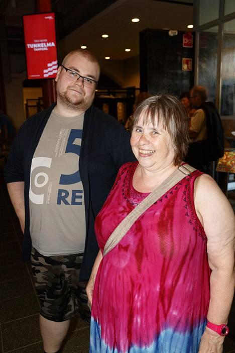 """Jyväskylästä hiljan Tampereelle eläkepäiviään viettämään saapunut Maritta """"Ruttu"""" Viitamäki saapui avajaisiin yhdessä poikansa Henri Harjun kanssa. Viitamäki on nautiskellut elämästään lähinnä teatterin kuluttajana, mutta paljastaa, että näyttämökin kutsuu pian."""