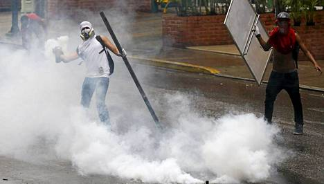 Hallituksen vastainen mielenosoittaja heitti kyynelkaasukanisterin takaisin poliiseille presidentti Nicolas Maduroa vastustavassa protestissa.