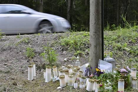Vihdin onnettomuuspaikalle tuotiin runsaasti kynttilöitä. Turmassa kuoli 14-vuotias tyttö.