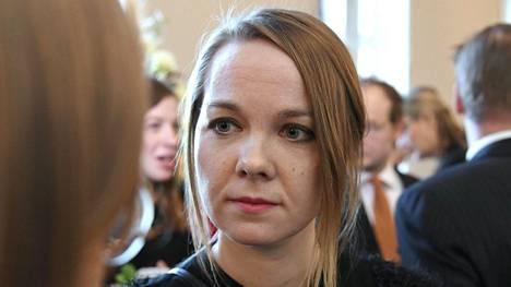 Valtiovarainministeri Katri Kulmuni (kesk) sanoo, että hallitus voi joutua leikkaamaan pysyviä menolisäyksiä, jos työllisyystavoite ei toteudu. Vasemmistoliitossa ei sitä vastoin suostuta jo tehtyjen päätösten perumiseen. Hallituksen hoitajalupauksen rahoituksesta kerrotaan lisää torstaina.