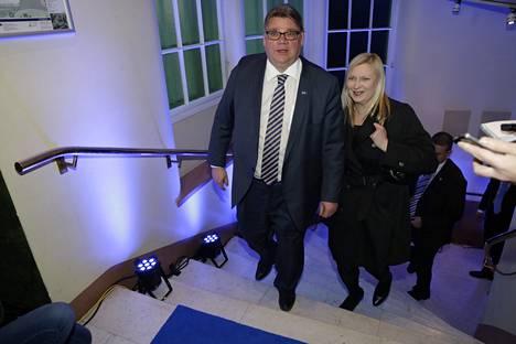 Perussuomalaisten puheenjohtaja Timo Soini ja puoliso Tiina saapuvat vaalivalvojaisiin.