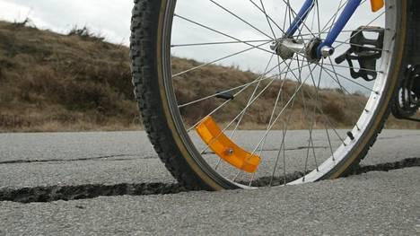 """Huonokuntoinen pyörätie on pyöräilijöille turvallisuusriski. Selvityksen mukaan, jotta kävelyn ja pyöräilyn käyttäjämäärät lisääntyisivät, erityisesti kävely- ja pyöräteiden kunnon parantaminen olisi nyt """"ensiarvoisen tärkeää""""."""