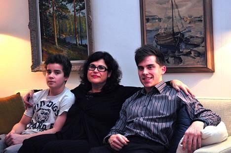 Äiti Tuija ja pojat Aarne (vas.) sekä neljä vuotta vanhempi isoveli Otso.
