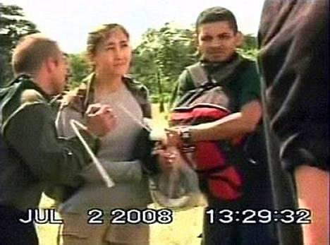Punaisen Ristin symboli vilahtaa kolumbialaississien kuvaamalla videolla pelastusoperaatiosta, joka vapautti Ingrid Betancourtin (kesk.) ja 15 muuta panttivankia.