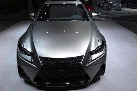Lexus IS hymyilee paljon aggressiivisemmin, kun se saapuu uudistuneena Suomeen ensi talvena. Ohjaamosta löytyy kasvanut kosketusnäyttö. Autoon saa nykyistä enemmän turvavarusteita.