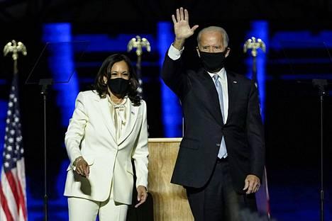 Kamala Harris ja Joe Biden tervehtivät yleisöä voitonjuhlissa Bidenin kotikaupungissa Delawaren Wilmintonissa lauantaina 7. marraskuuta.