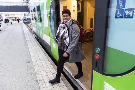 Juna on vienyt 21-vuotiaan Carita Haganin harjoitteluiden perässä Ouluun, Turkuun, Kuopioon ja Kemiin. Matkustaminen tulee kalliiksi.