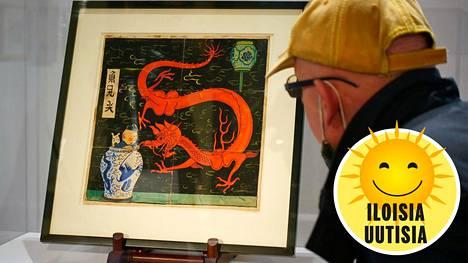 Maalauksessa Tintti ja uskollinen koiransa Milou katsovat punaista lohikäärmettä.