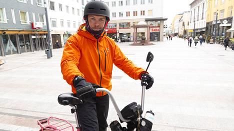 Palomies-ensihoitaja Toni Nyströmin pyöräilytempaus on edennyt jo yli puolivälin. Hän pysähtyi torstaina Oulussa.