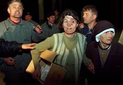 Kosovosta serbijoukkojen ahdistamina paenneet ihmiset ylittivät Albanian rajan huhtikuussa 1999.