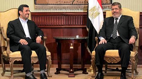 Mahmud Ahmadinejad rakentaa jälleen suhteita Egyptiin ja Mohamed Mursiin.