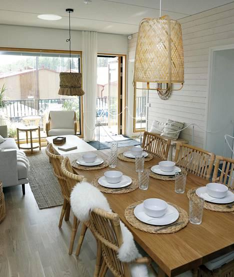 Kotoisuutta sisustukseen saadaan luonnonmateriaaleilla. Kohteessa numero 32-34, As Oy Tuusulan Metsäkuningas, luonnonmateriaaleja on käytetty runsaasti. Kuvassa Hanko, joka on yksi kohteen sisustusteemoista.