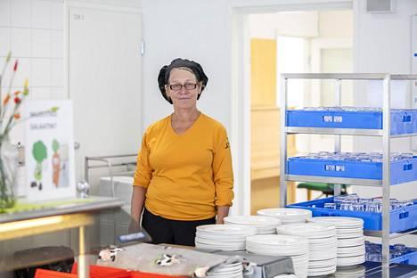 Ruokapalveluvastaava Tarja Huoman on suunnitellut kouluruokailua yhdessä rehtorin ja opettajien kanssa.