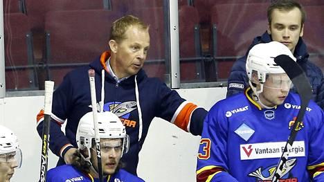 Pikahälytyksellä Kiekko-Vantaan päävalmentajaksi tullut Reijo Ruotsalainen johti joukkueensa voittoon Heinolan Peliitoista.