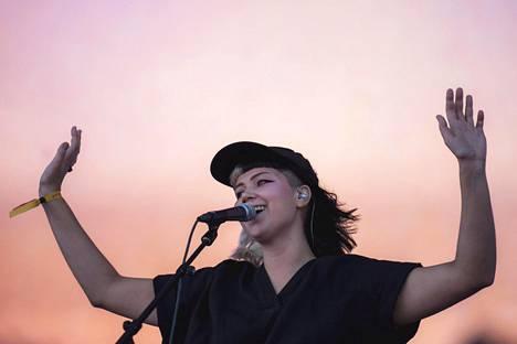 Vesta esiintyi Ruisrockin rantalavalla.