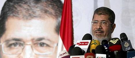 Egyptin muslimiveljeskunta on julistanut ehdokkaansa Mohammed Mursin presidentinvaalien voittajaksi.