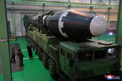 Pohjois-Korean julkaisemissa kuvissa Kim Jong-un tarkasteli jättiläisohjusta.