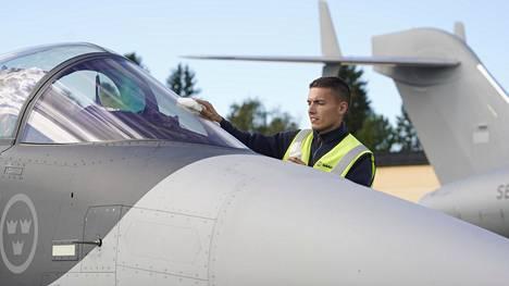 Saab toi Kauhavalle uutta Gripen-kalustoa ja kertoi kehittäneensä konetta varten häirintäohjuksen.