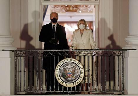 Presidenttipari ihasteli ilotulitusta Valkoisen talon parvekkeelta.
