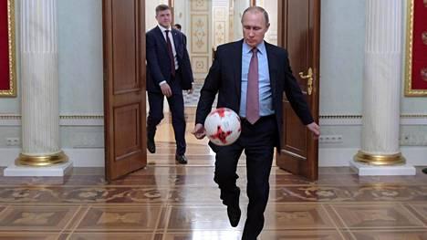 Putkin potki Fifan virallista kisapalloa Kremlissä 25.11.2016.
