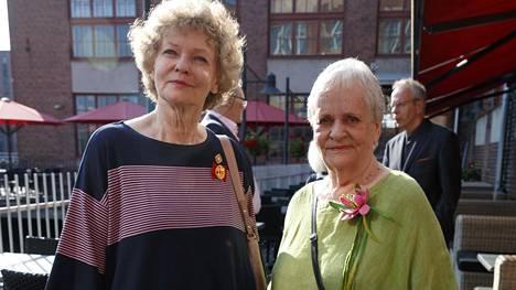 Eila Roine (oik.) kuvattuna siskonsa Liisa Roineen kanssa.