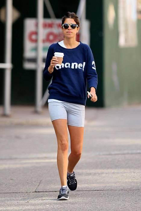 Muotibloggaaja-kirjailija Leandra Medine luottaa harmaisiin pyöräilijäpöksyihin Chanelin pitkähihaisen kanssa.