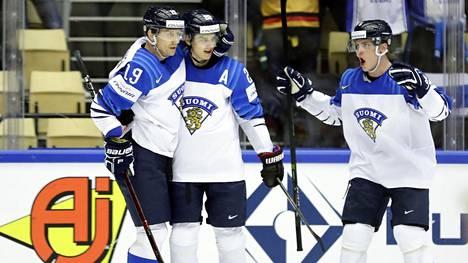 Sebastian Aho (kesk.) vei Suomen 1-0-johtoon jo reilun minuutin pelin jälkeen.