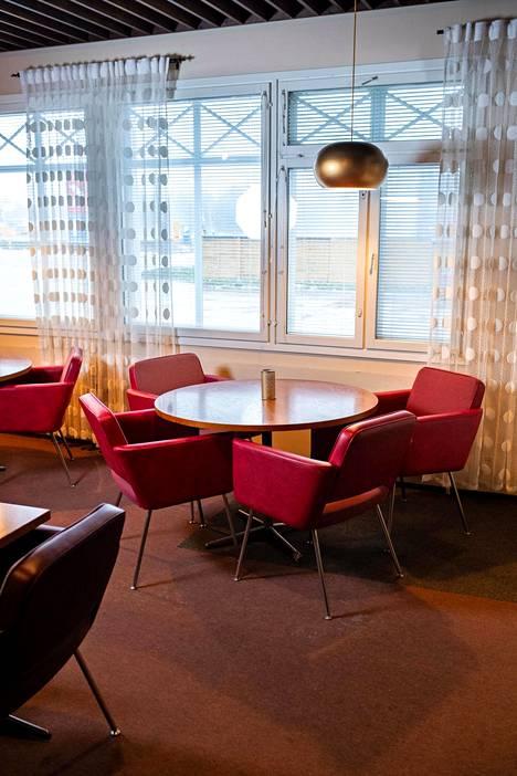 Teija-Liisa Paananen pitää erityisesti punaisista nahkatuoleista.